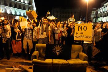 В Мадриде тысячи людей протестуют против монархии и требуют республику