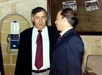 Пол Аджиус (лицом к камере) с членом советской делегации на конференции Международной организации демократических юристов. Мальта, январь 1981 г.