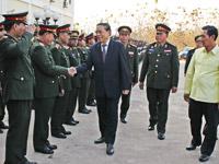 Президент Лаоса генерал-лейтенант Тюммали Сайнясон среди военнослужащих во Вьентьяне