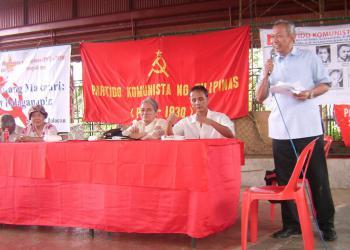 Генеральный секретарь Коммунистической партии Филиппин выступает с докладом