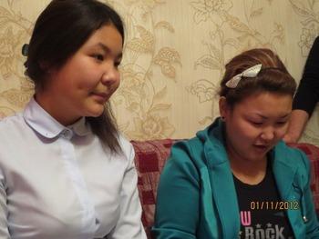 Дочери Розы Тулетаевой читают письмо матери из лагеря