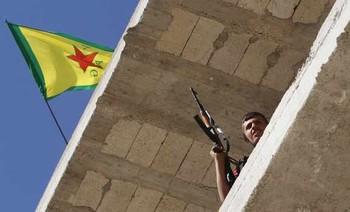 Флаг YPG над курдским районом Шейх Максуд в Алеппо, июнь 2013